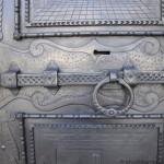 Tirano, porta in ferro, particolare del catenaccio, dopo il restauro