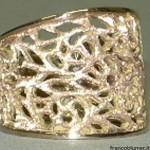 Anello in oro bianco traforato e inciso