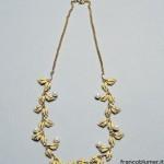 Collana con foglioline in oro giallo inciso, con perle