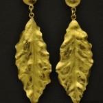 orecchini-foglia in oro giallo sbalzato, cesellato e inciso