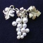 Uva -Spilla in oro con perle