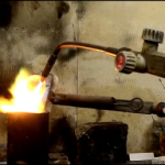 ora il metallo fuso va in un lingotto